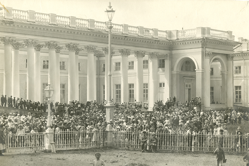 Hundreds of hungry Russians gather outside of Alexander Palace at Tsarskoe Selo.